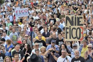 Protestné zhromaždeniepred bytovým komplexom Bonaparte opäť zorganizovala opozícia.