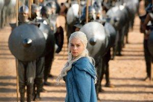 Hra o tróny (Game of Thrones) je najčastejšie sťahovaným seriálom z internetu vo svete i u nás. Odohráva sa vo fantazijnom svete, ale vyvolal kontroverzné reakcie aj svojím realistickým zobrazovaním násilia a sexu.