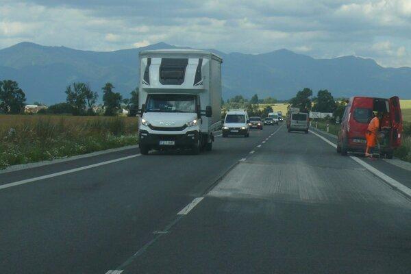 Medzi Košťanmi aPríbovcami opäť pracujú cestári.
