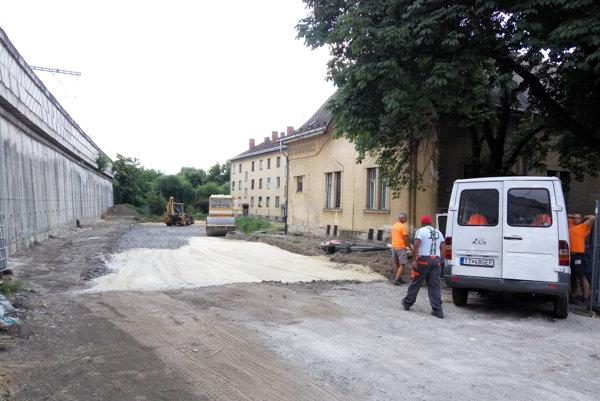 Výstavba parkoviska v areáli nemocnice znova pokračuje.