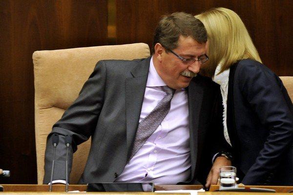 Vo firme Medical Group v minulosti sedel aj dnešný predseda parlamentu Pavol Paška (Smer).