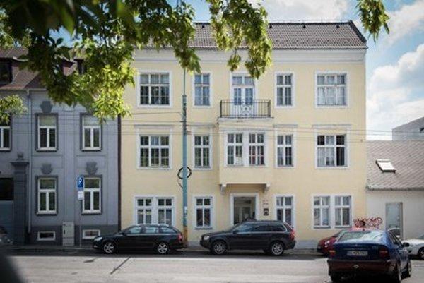 Budovu mestská časť predala v roku 2002 za symbolických 100 korún neziskovke, avšak s predkupným právom.