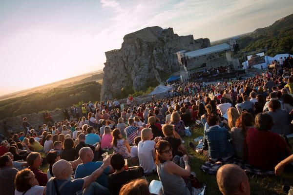 Devín je tradičným miestom koncertov a osláv. Na snímke nedávny koncert Hudba Európy pri príležitosti 7. Európskeho summitu regiónov a miest.