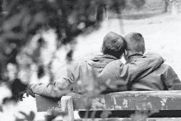 Aj na fotografiách sa snažili zachovať anonymitu, aby homosexuálom neublížili.