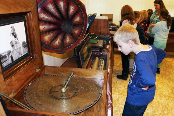 Deti sa so starými gramofónmi už nemajú kde stretnúť.