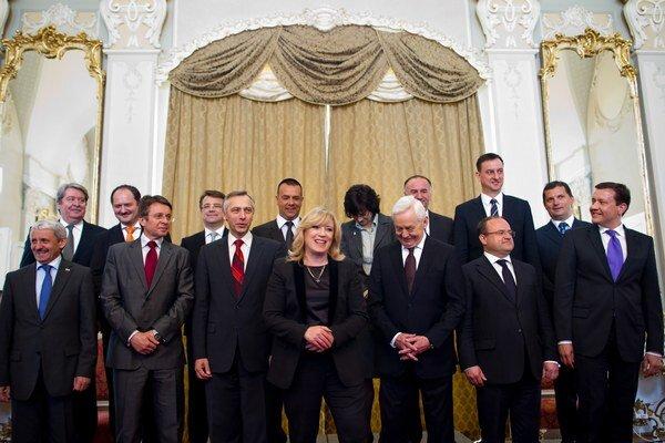 Rôzne vládne kabinety sa snažili odhadnúť správne vývoj deficitu.