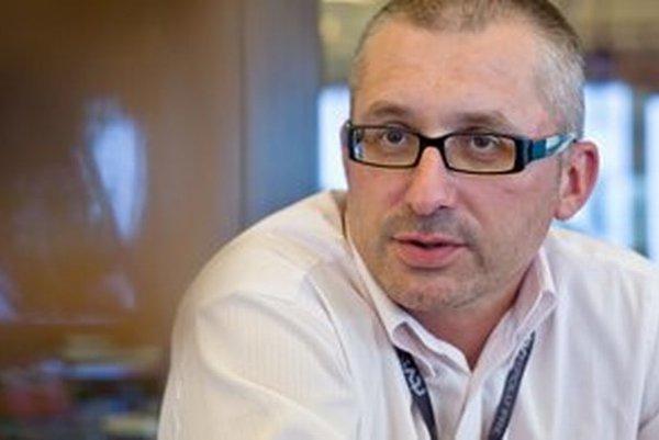 Narodil sa v roku 1969, absolvoval Vysokú školu ekonomickú v Bratislave. Pred koncom školy začal pracovať v médiách (satirický týždenník Aréna, zrušený ministrom kultúry Dušanom Slobodníkom, neskôr Sme, Mosty, ČTK, OS), zotrval v nich do roku 2000