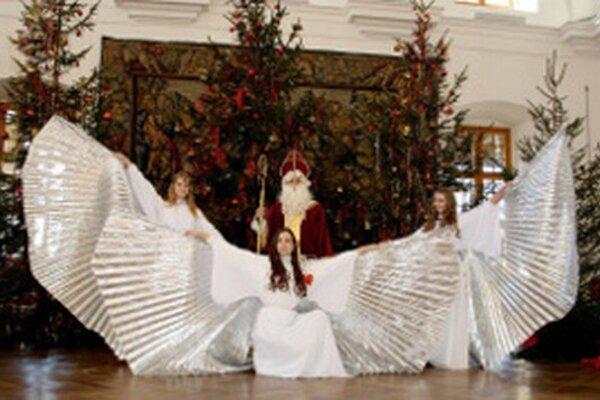Vianoce na zámku ponúkajú stromčeky, anjelov aj Mikuláša.