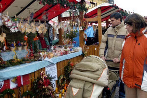 Vianočné trhy sú všade hojne navštevované.