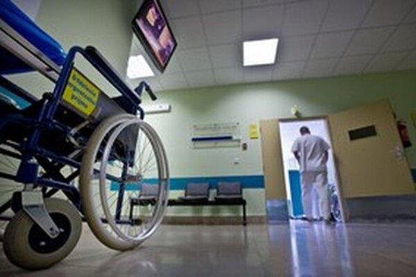 Predsedovia krajov by chceli oddlženie svojich nemocníc. Nie sú na to peniaze.