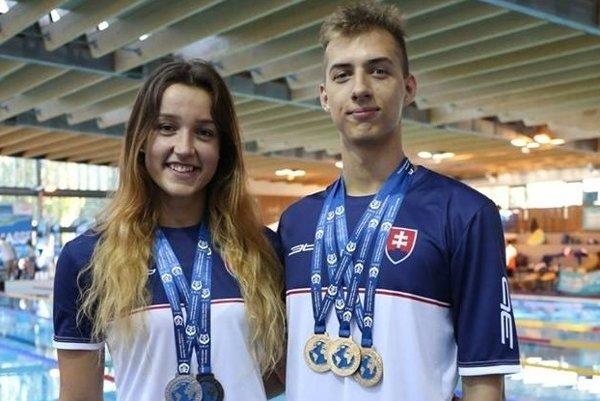 Zuzana Hrašková (vľavo) spoločne s Adamom Búkorom s cennými kovmi