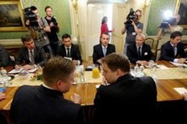 Premiér s ministrom financií na stretnutí s bankami.