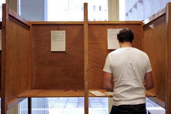 Politické strany zatiaľ nechcú povedať mená kandidátov, z ktorých si budú voliči vyberať.