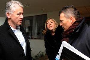 Poslanci finančného výboru Jozef Kollár (vľavo) a Ján Počiatek boli včera na prieskume na Daňovom úrade Bratislava I. Informovala ich prezidentka Finančnej správy SRMária Machová.