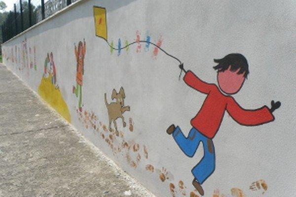 Farebný múr približuje hry detí počas štyroch ročných období.