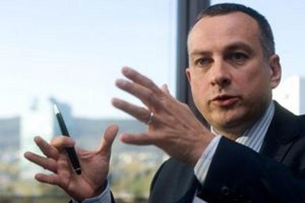 Jozef Síkela (44) začal bankovú kariéru v Creditanstalt AG vo Viedni.Od februára 2009 bol generálnym riaditeľom Erste Bank Ukrajina. Vlani v júni sa stal predsedom predstavenstva a generálnym riaditeľom Slovenskej sporiteľne, je zodpovedný za riadenie
