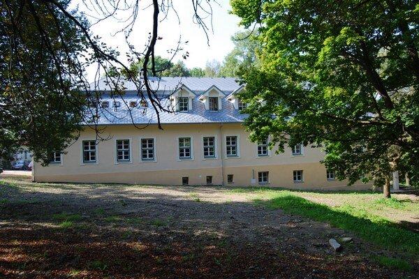 Zrekonštruovaný kaštieľ. Tu bude sídliť depozitár Ľubovnianskeho hradu.