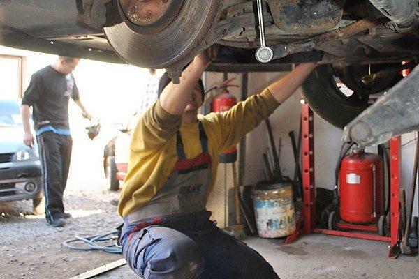Výmena letných za zimné gumy. K zimnej údržbe nepatrí iba výmena pneumatík.