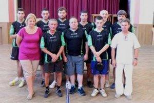 Stolní tenisti z Hornej Vsi (okres PD) so starostami Jozefom Hrotekom a starostkou družobnej obce Simonou Holicovou.