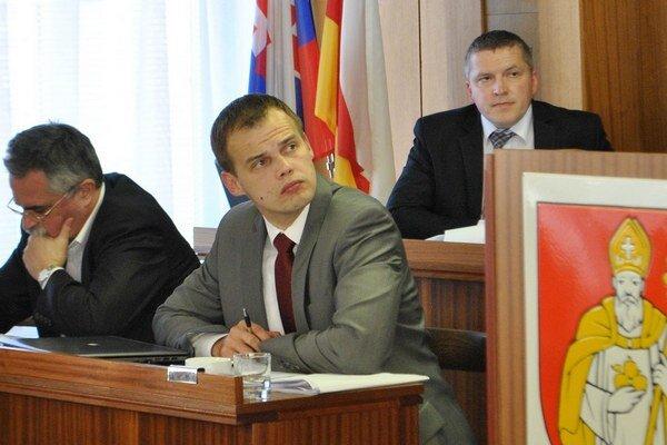 Primátor Ľuboš Tomko. Návrh jeho platu predniesol viceprimátor Peter Bizovský.