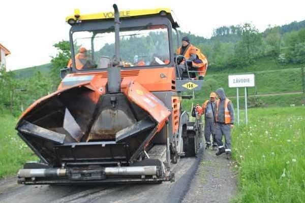 Práce. Cestu spravili robotníci asi za týždeň.