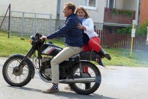V Chmeľnici na motorke. Televízna dvojica si po dedine takto zajazdila.