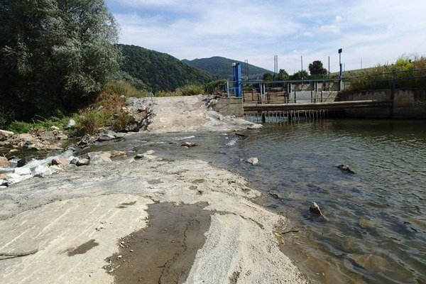 Na snímke koryto rieky Poprad, naprieč ktorým vytvorili betonovú hrádzu, na pravej strane vidieť vstup do malej vodnej elektárne.