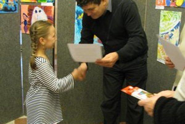 Deti sa tešili. V tomto prípade odovzdáva Márii Mišenkovej cenu Peter Sokol, riaditeľ ĽOS.