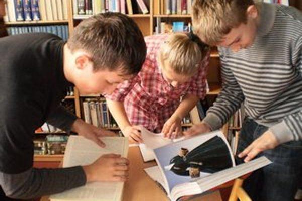 Súťaž. Rozhodovali v nej vedomosti o knihách, spisovateľoch, knižnici, regióne a tiež orientácia v knižnom fonde.