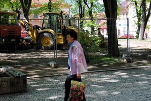 Park na námestí. Práce začali iba prednedávnom, vládne tu stavebný ruch.