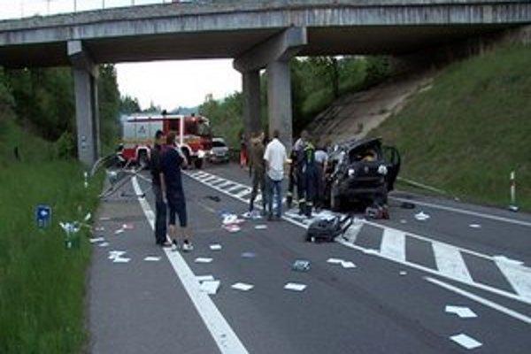 Vodič prežil. Viadukt je nad vozovkou necelých osem metrov. Popri svahu naľavo vedie cesta, z neho sa auto prekotúľalo na vozovku pod cestným mostom.