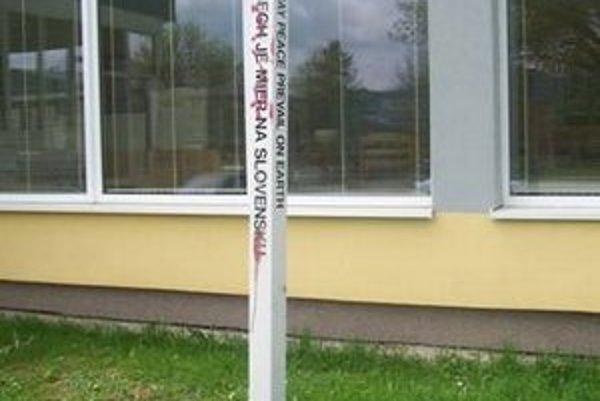 Stĺp mieru pred budovou školy na Komenského.