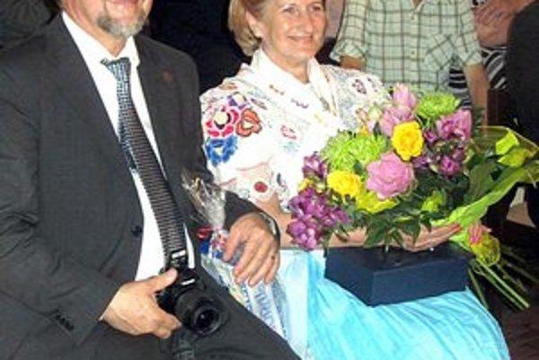 V rodisku. Jane Laššákovej v kroji podarovali Plavničania aj kyticu kvetov.