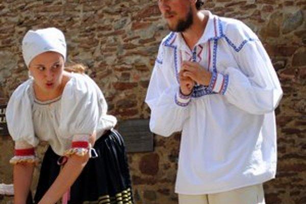 Jano so svojou rozprávkovou matkou. Hlavnú postavu junáka si zahral Martin Jakubčo.