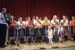 Kultúrne leto v Kyjove. Divákov zabával ľudový spev, hudba a tanec.