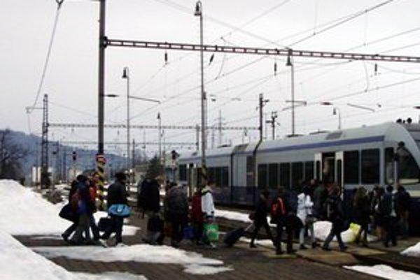 Školský vlak. Železnice urobili chybu, spoj študentom neposunuli.