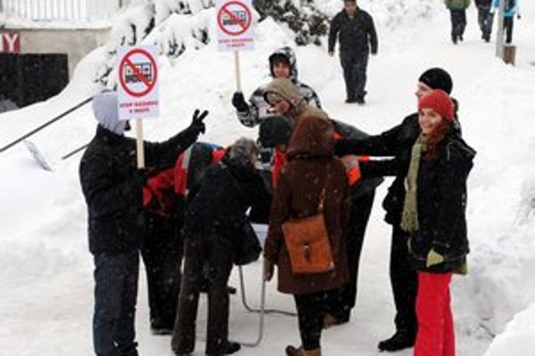 Aktivisti. Petíciu rozbehli na pešej zóne.