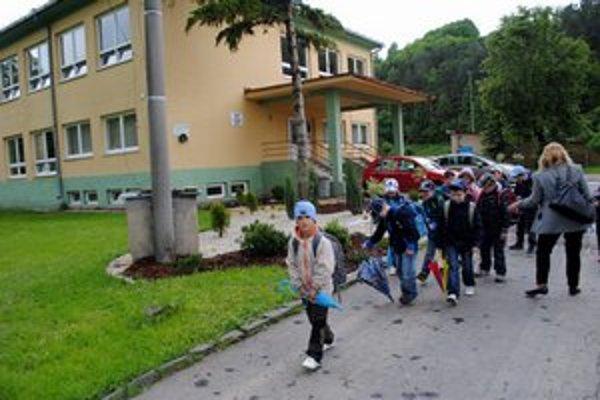 Škola v Plavnici. Jej žiaci sa budú možno učiť v kostole aj pohostinstve.