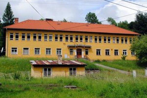 Opustená budova. Škola v Sulíne ostala prázdna.