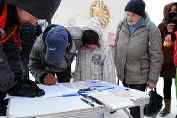 Petícia. Ľudia ju podpisovali už od zimy. Stoja za ňou tisíce voličov.