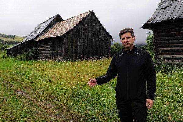 Pri známych stodolách starosta obce Jozef Abrahamovský.