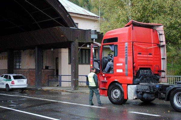 Ťažká doprava. Hraničných priechodov pre kamióny je málo.
