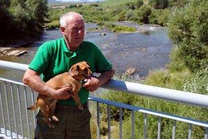 Rybár Lubomír Hužvík žije väčšiu časť roka v Orlove, pri rieke Poprad.