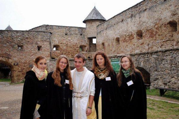 Brigádnici. Na hrade a v okolí sa cez leto vystriedalo asi štyridsať študentov.