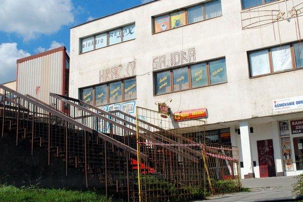 Družba. Schodisko obchodného domu je michalovským investorom a vlastníkom uzavreté.