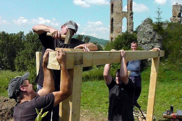 Práce. Vykonávali ich hneď vedľa hradu Plaveč.