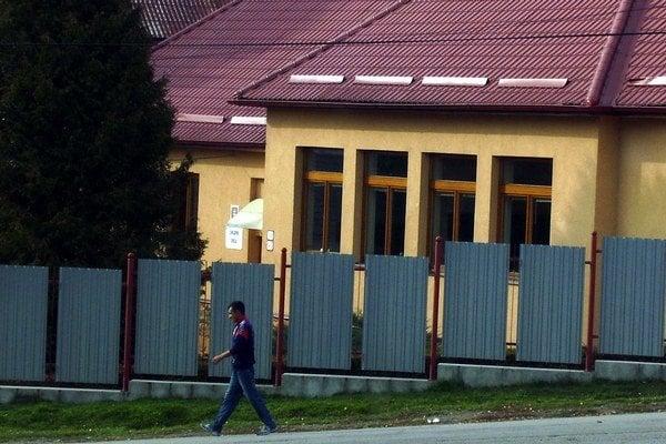 Škola v Podsadku. Mesto uvažuje o kontajnerovej prístavbe.