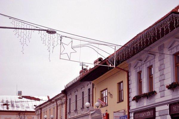 Vianočná výzdoba. Pomaly pribúda v uliciach mesta.