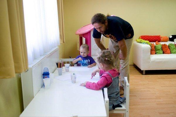 Rodičia detí. Od 1. februára majú novú povinnosť.
