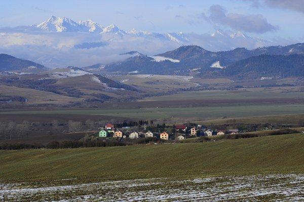 Obec sa nachádza v krásnom prostredí.